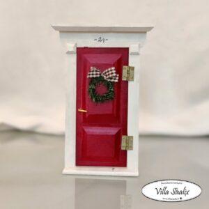 Tontun ovi Villa Saalix punainen