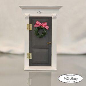 Harmaa tontun ovi Villa Saalix (1)